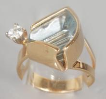 A GOOD UNUSUAL DESIGNER AQUAMARINE AND DIAMOND RING. <br>