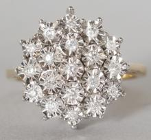 A GOOD 9CT YELLOW GOLD AND DIAMOND CLUSTER RING. <br>