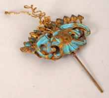A 19TH/20TH CENTURY CHINESE KINGFISHER FEATHER & GILT METAL HAIR ORNAMENT, modelled in the form of a bat and sprays of peach, the main bat and peach section 2.2in wide & 1.4in high.