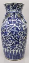 A GOOD 19TH CENTURY CHINESE BLUE & WHITE PORCELAIN VASE, painted with a des