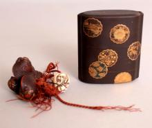 A GOOD QUALITY SIGNED JAPANESE MEIJI PERIOD FOUR-CASE LACQUER INRO, decorated in elaborate detail with gold lacquer, gold leaf and inlaid mother-of-pearl, together with a good quality carved ivory ojime, and a signed carved wood netsuke of a group of clams, the inro 2.6in x 2.25in, the ojime 0.6in high, the netsuke 1.5in wide.