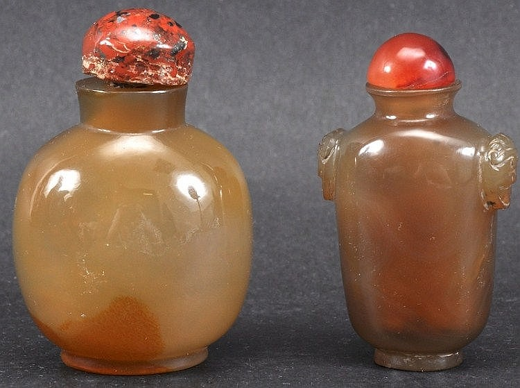 A CHINESE QING DYNASTY CARVED AGATE SNUFF BOTTLE