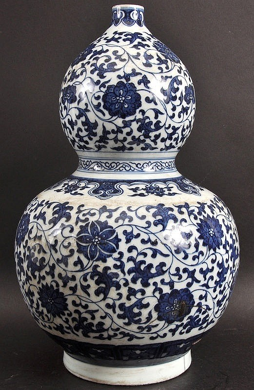 A CHINESE PORCELAIN DOUBLE GOURD VASE bearing