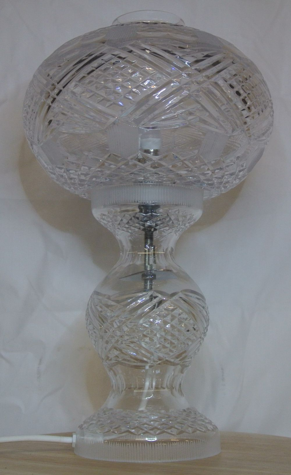 Lot 108: A stunning Tyrone Crystal table lamp.