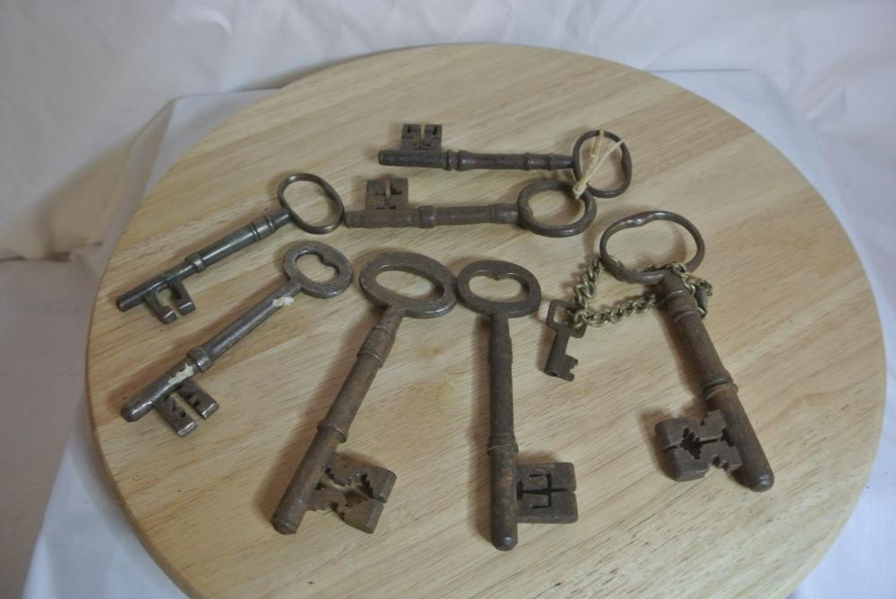 Lot 170: An assortment of various antique architectural keys.