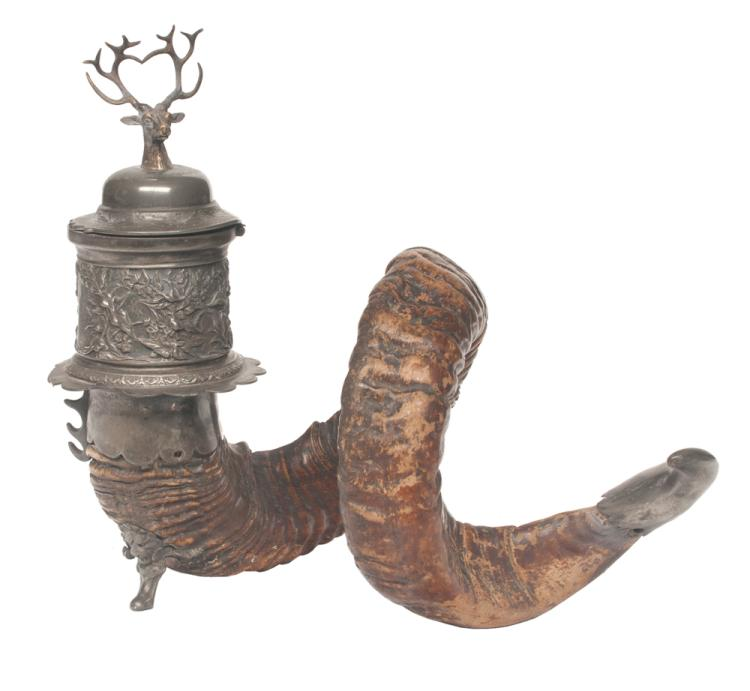 Ram's horn with silver plated mounts and a silver plated inkwell with dome lid and deer head, 12.5