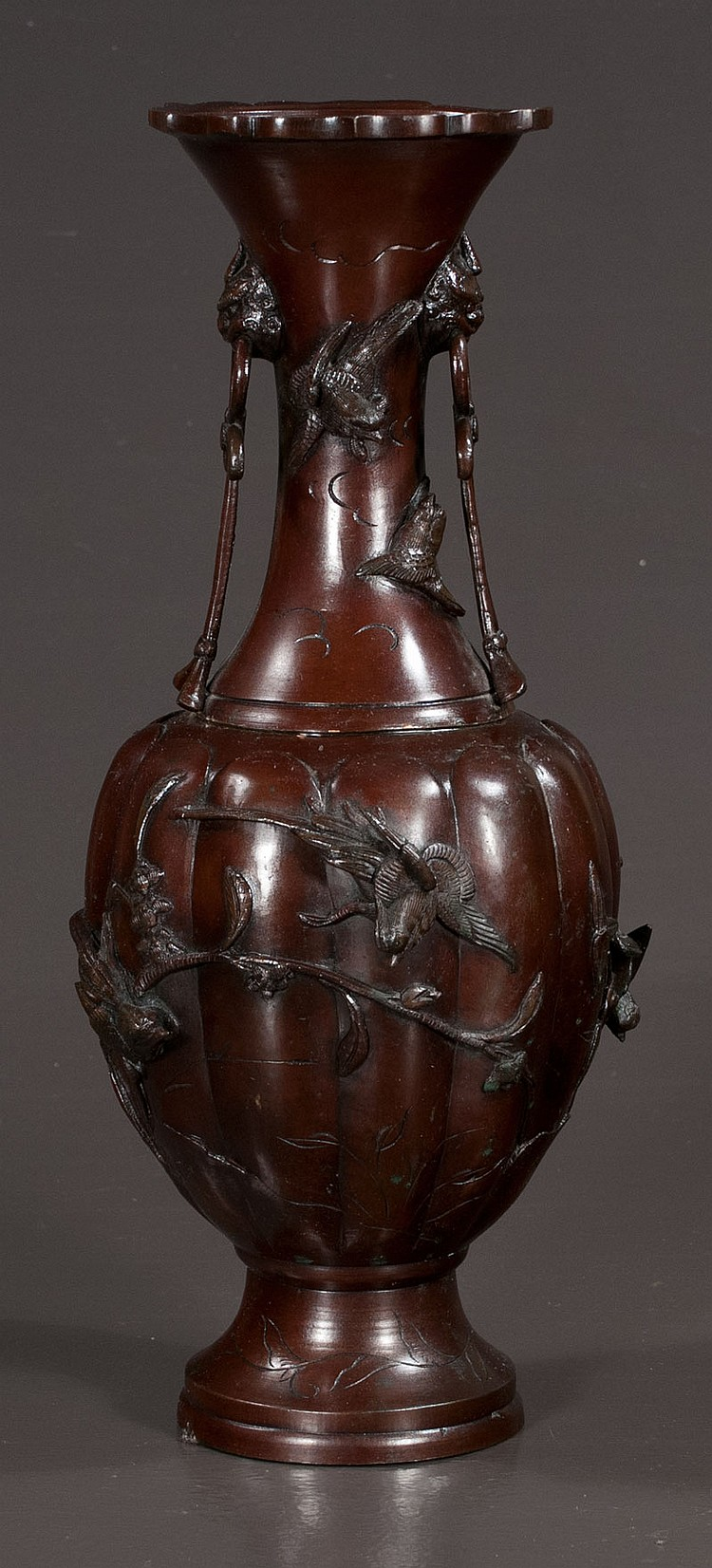 19th century Japanese bronze vase with bird decoration in relief, 16