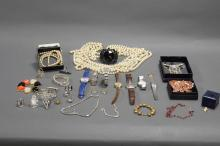 COLLECTION OF COSTUME JEWELRY AND WATCHES.