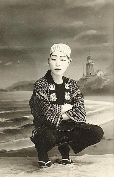 Japan - - Zwei Alben mit zusammen ca. 210 Original-Photographien. Vintages.