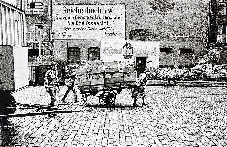 Künstlerphotographie - - Sewcz, Hans-Martin. Novalisstraße, Ost-Berlin 1974