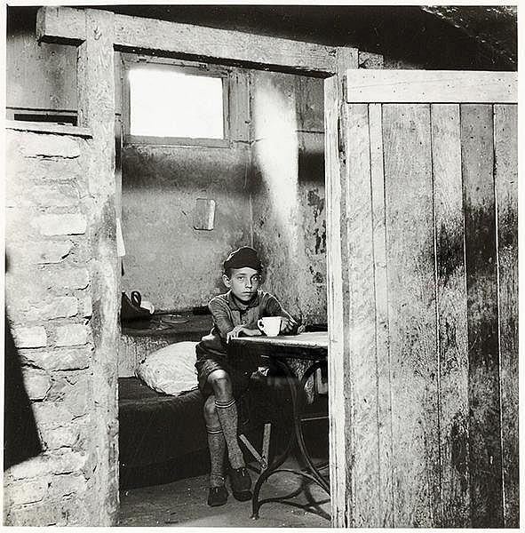 Künstlerphotographie - - Steinert, Otto. Kind in einer Barackensiedlung in