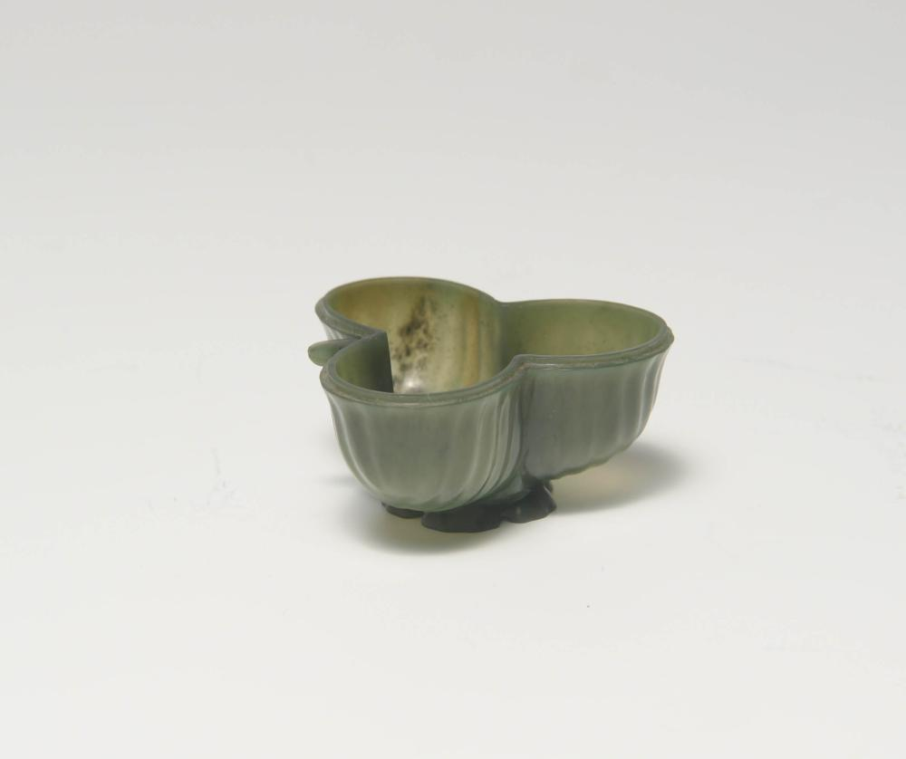 18TH CENTURY MUGHAL SPINACH JADE TREFOIL CUP
