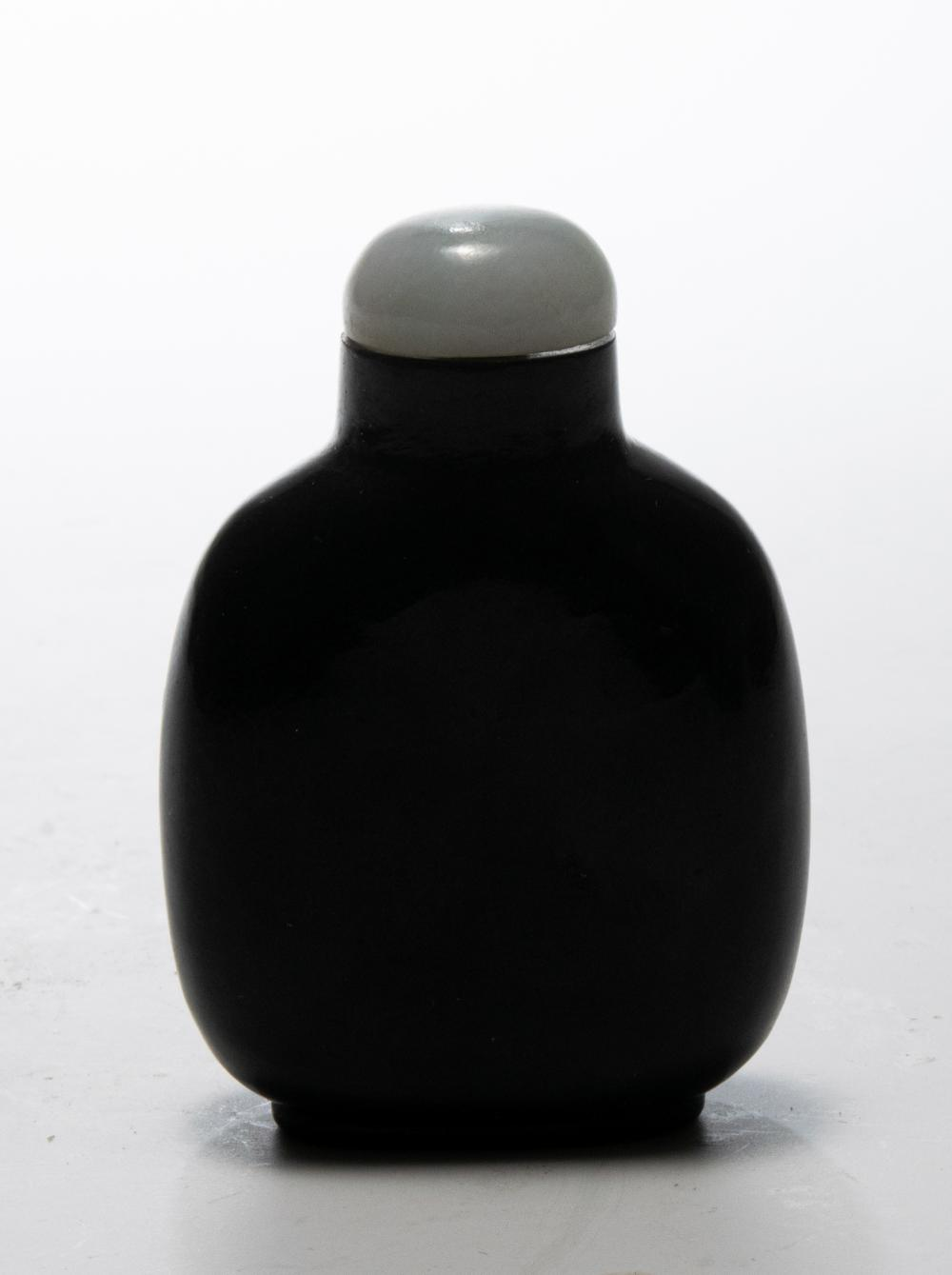 Lot 600: CHINESE BLACK & WHITE JADE SNUFF BOTTLE, 18TH CENTURY