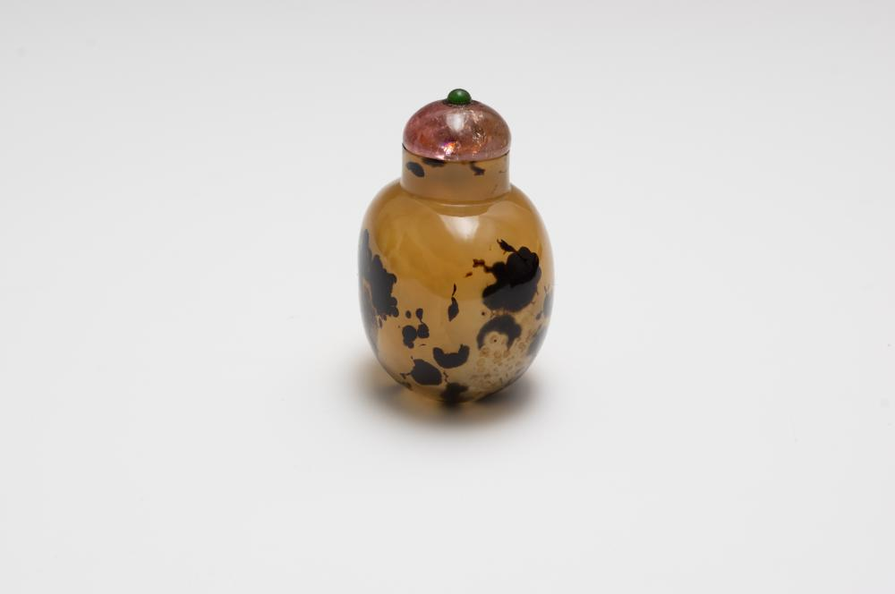 Lot 602: CHINESE AGATE SNUFF BOTTLE, 18TH CENTURY