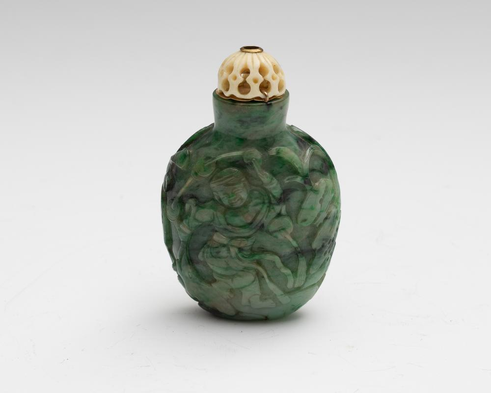 Lot 607: CHINESE JADEITE SNUFF BOTTLE, 19TH CENTURY