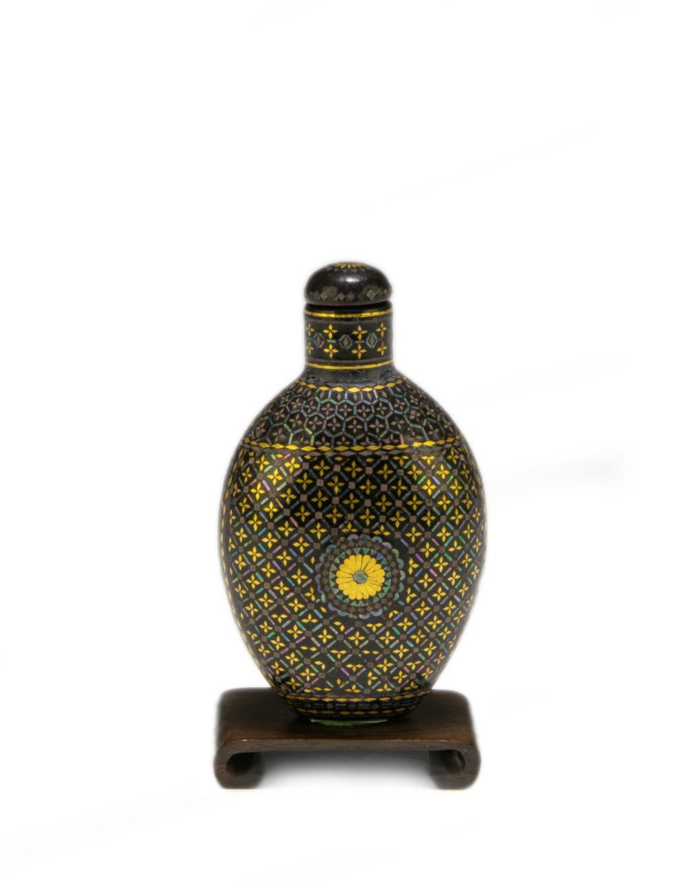 CHINESE LACQUER & MOTHER OF PEARL SNUFF BOTTLE