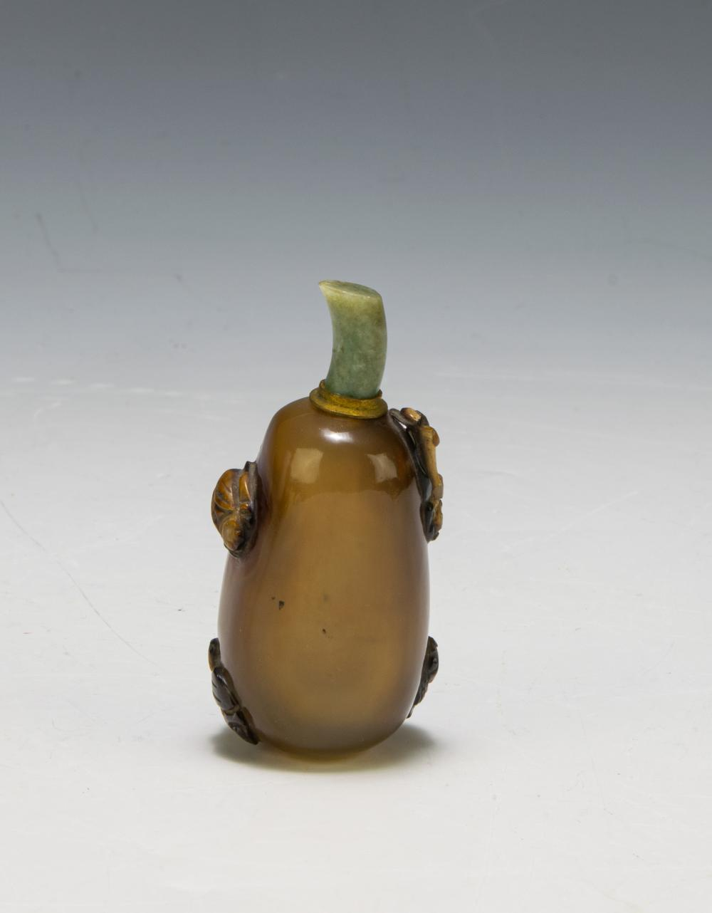 Lot 622: CHINESE AGATE SNUFF BOTTLE, 19TH CENTURY