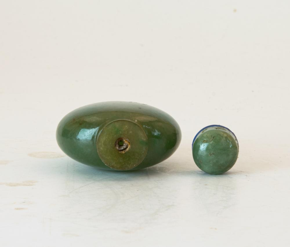 Lot 641: CHINESE CARVED JADEITE SNUFF BOTTLE, EARLY 19TH CENTURY