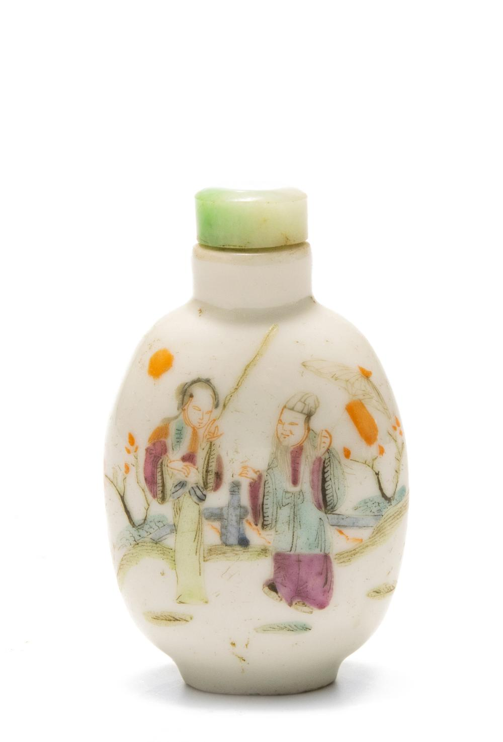 CHINESE PORCELAIN SNUFF BOTTLE WITH LADIES, 19TH CENTURY