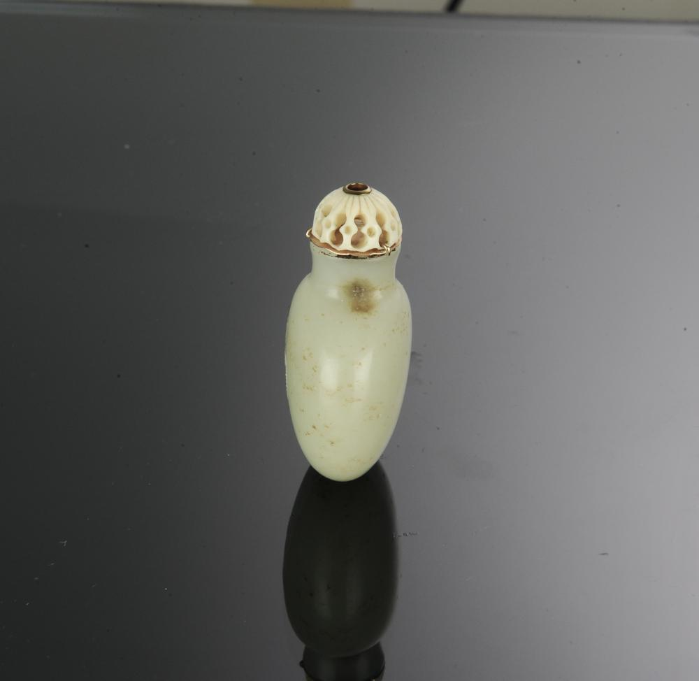 Lot 637: CHINESE WHITE JADE SNUFF BOTTLE, 18TH-19TH CENTURY