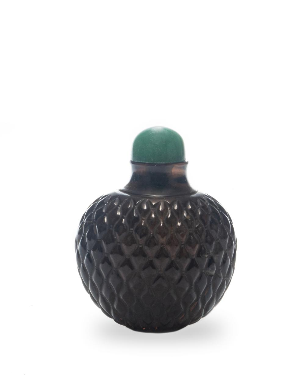 CHINESE AGATE CARVED SNUFF BOTTLE, 18TH CENTURY