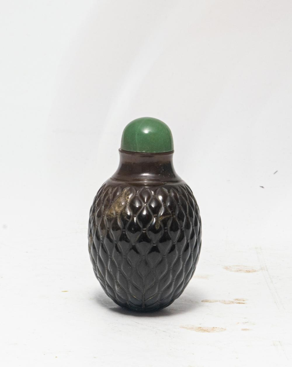 Lot 640: CHINESE AGATE CARVED SNUFF BOTTLE, 18TH CENTURY