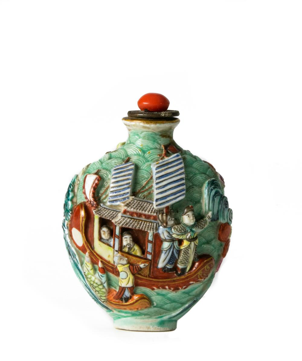 CHINESE PORCELAIN SNUFF BOTTLE, 18TH CENTURY