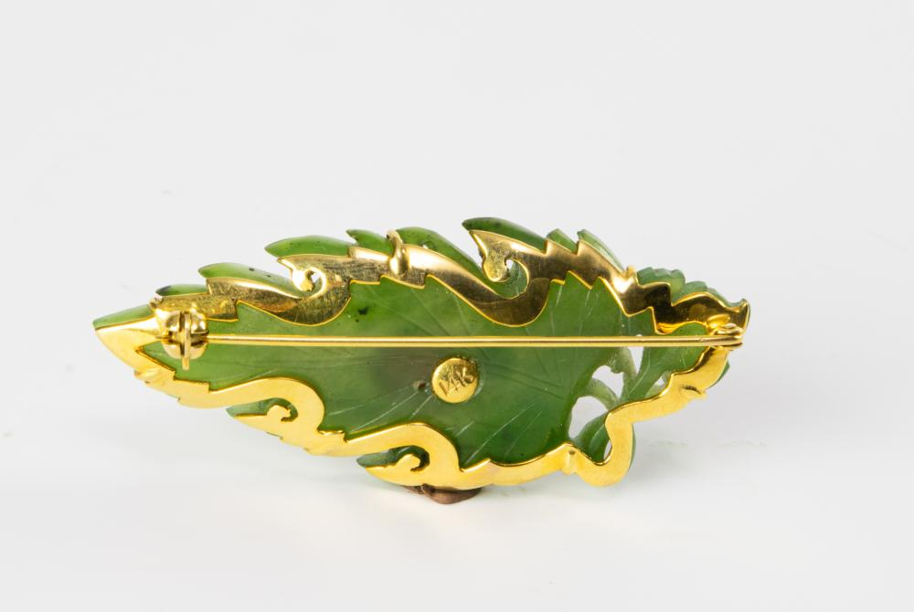 Lot 901: CHINESE 14K BROOCH WITH 18TH CENTURY SPINACH JADE