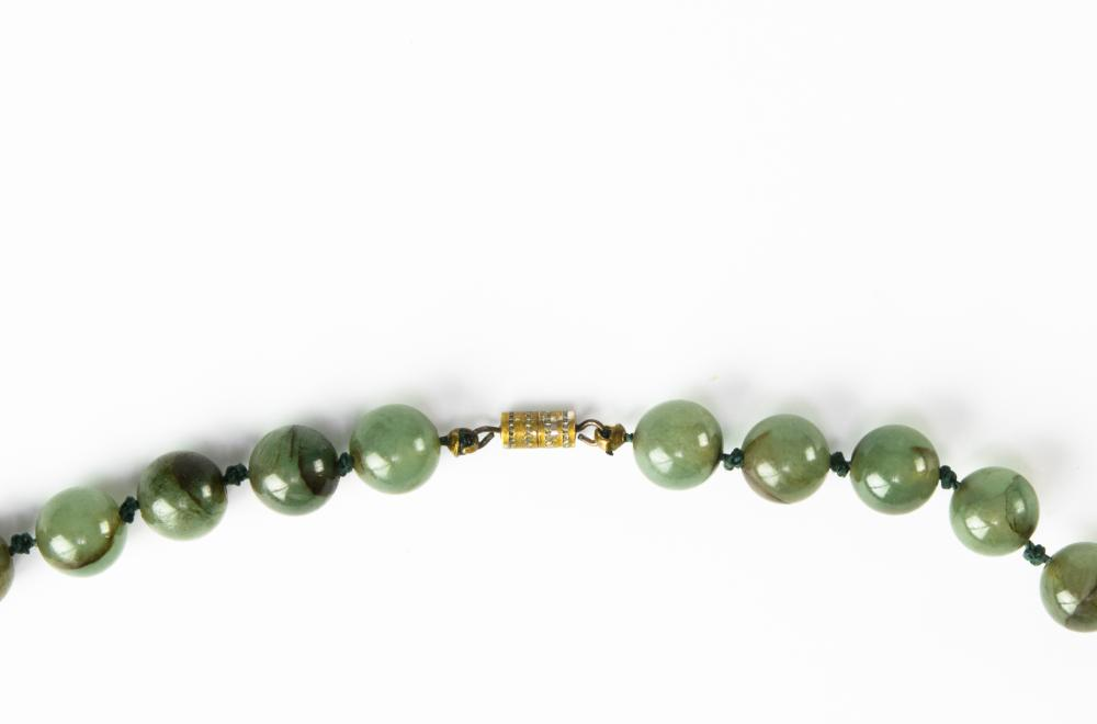 Lot 920: CHINESE JADEITE NECKLACE, LATE 19TH CENTURY