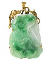 Lot 957: CHINESE JADEITE PENDANT WITH 14K GOLD