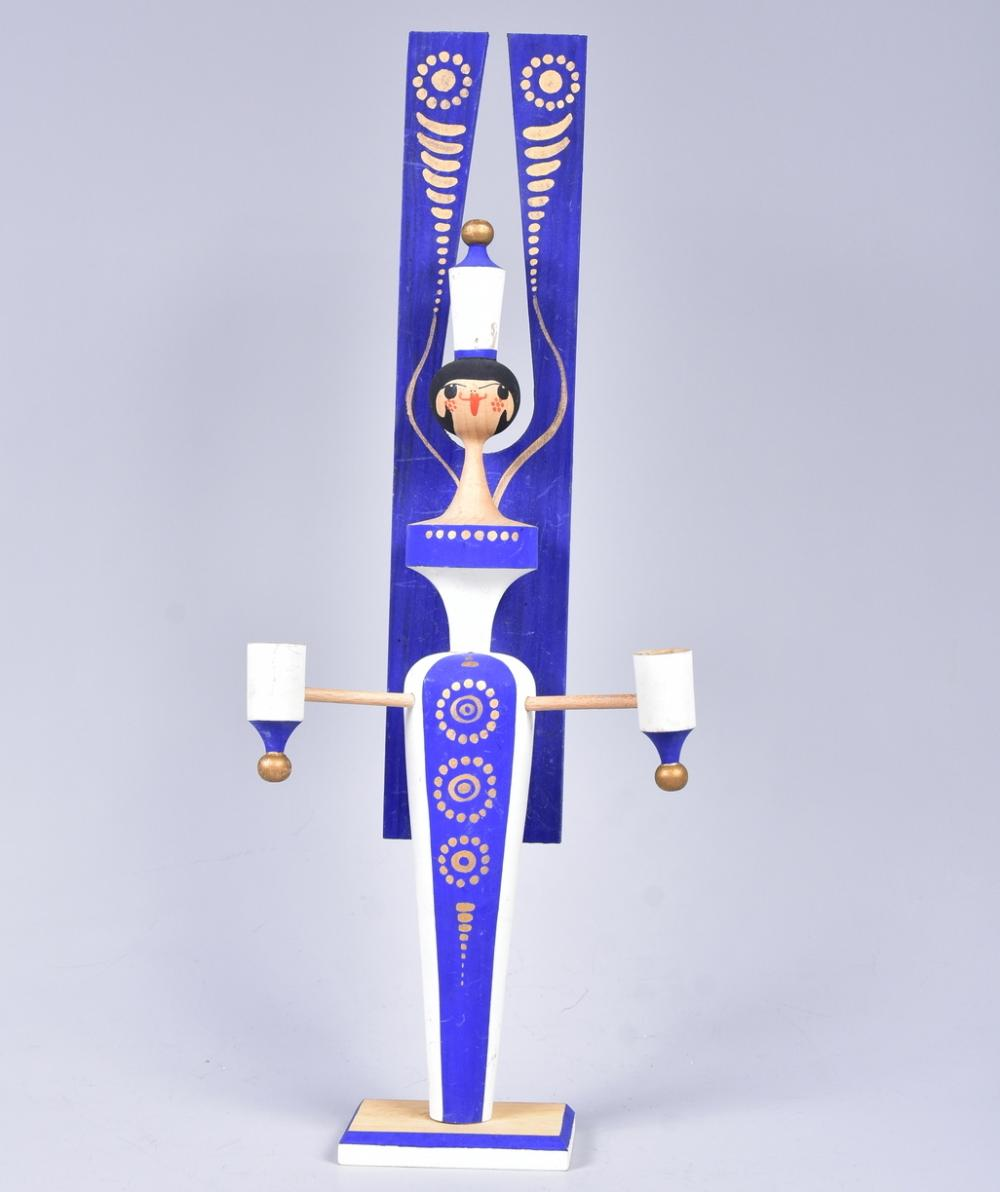Lichterengel, DDR im Stil der sechziger Jahre, wohl VEB Kunstgewerbe-Werkstätten Olbernau, blau/weiß gefasst mit Goldstaffage, sehr guter Zustand, H 42,5cm