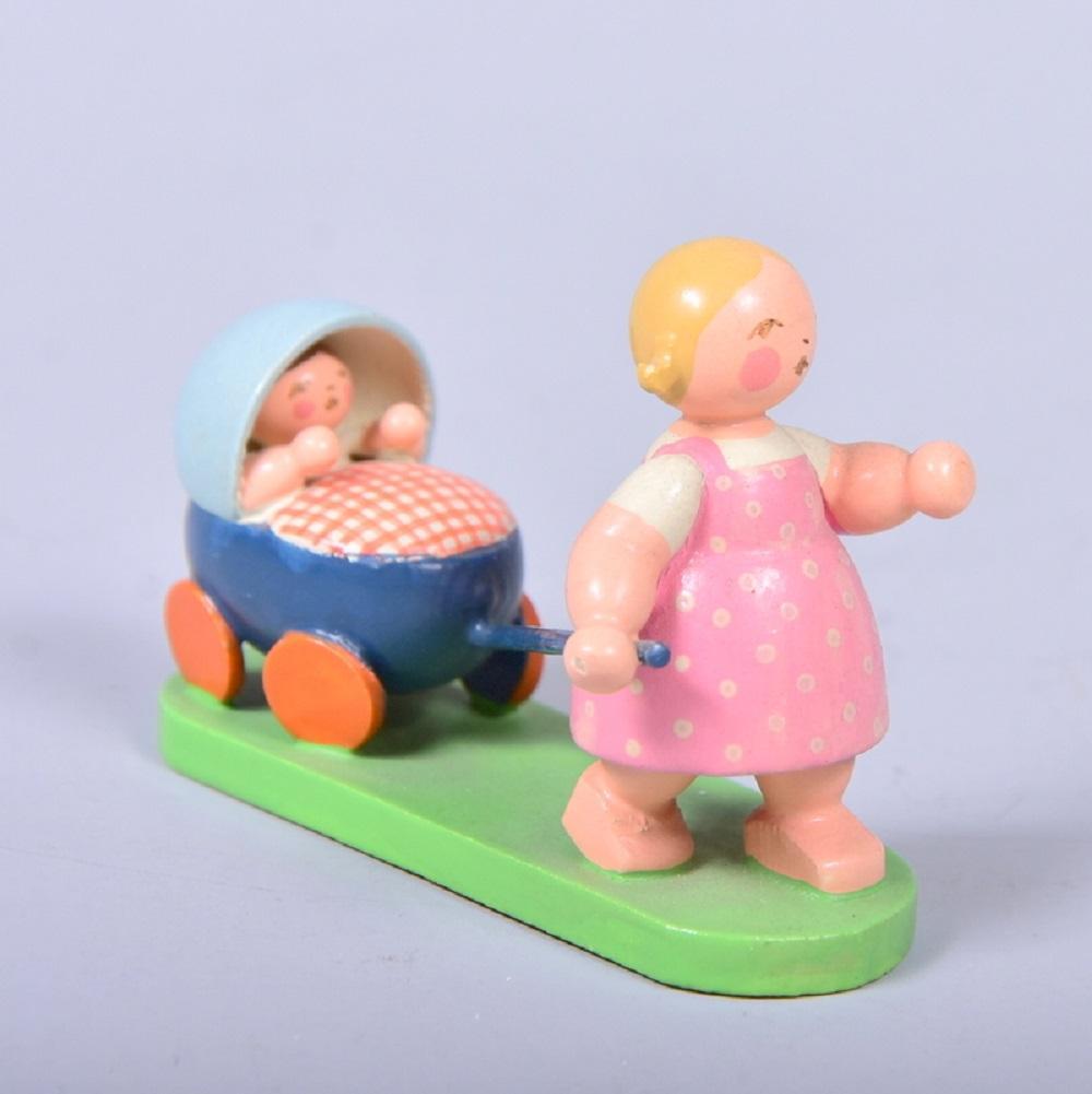 Wendt & Kühn, Aufstellfigur, Mädchen mit Kinderwagen, um 1950/1960, H 5cm, sehr gut erhalten