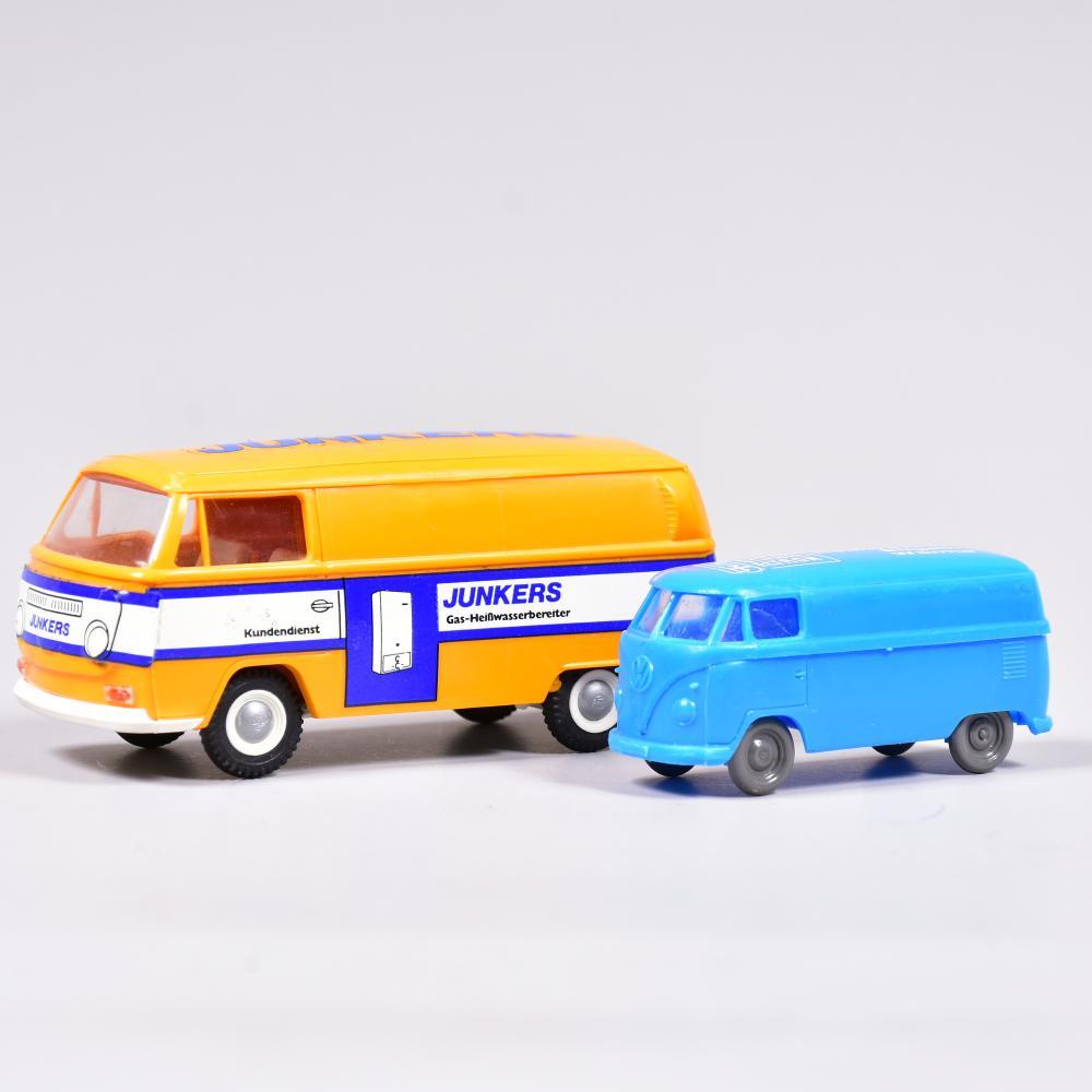 """Modellauto´s, 2 Stück, VW-Bus mit Werbeaufdruck """" Fa. Junkers, Gas-u. Zentralheizungsgeräte- Kundendienst"""" und """"Stiebel Eltron-Heißwasser, Bügeln, Wäreme"""", Material Kunststoff, Länge 7cm und 10,5cm"""