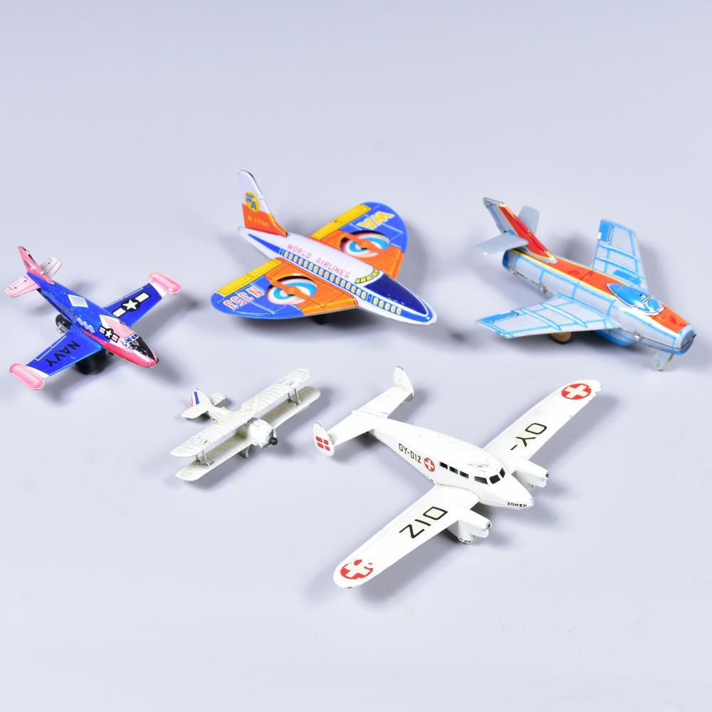 Konvolut Spielzeug- Flugzeuge aus Blech, Passagier-und Militärflugzeuge, 5 Stk., versch. Hersteller, von 9-16cm, Gebrauchsspuren