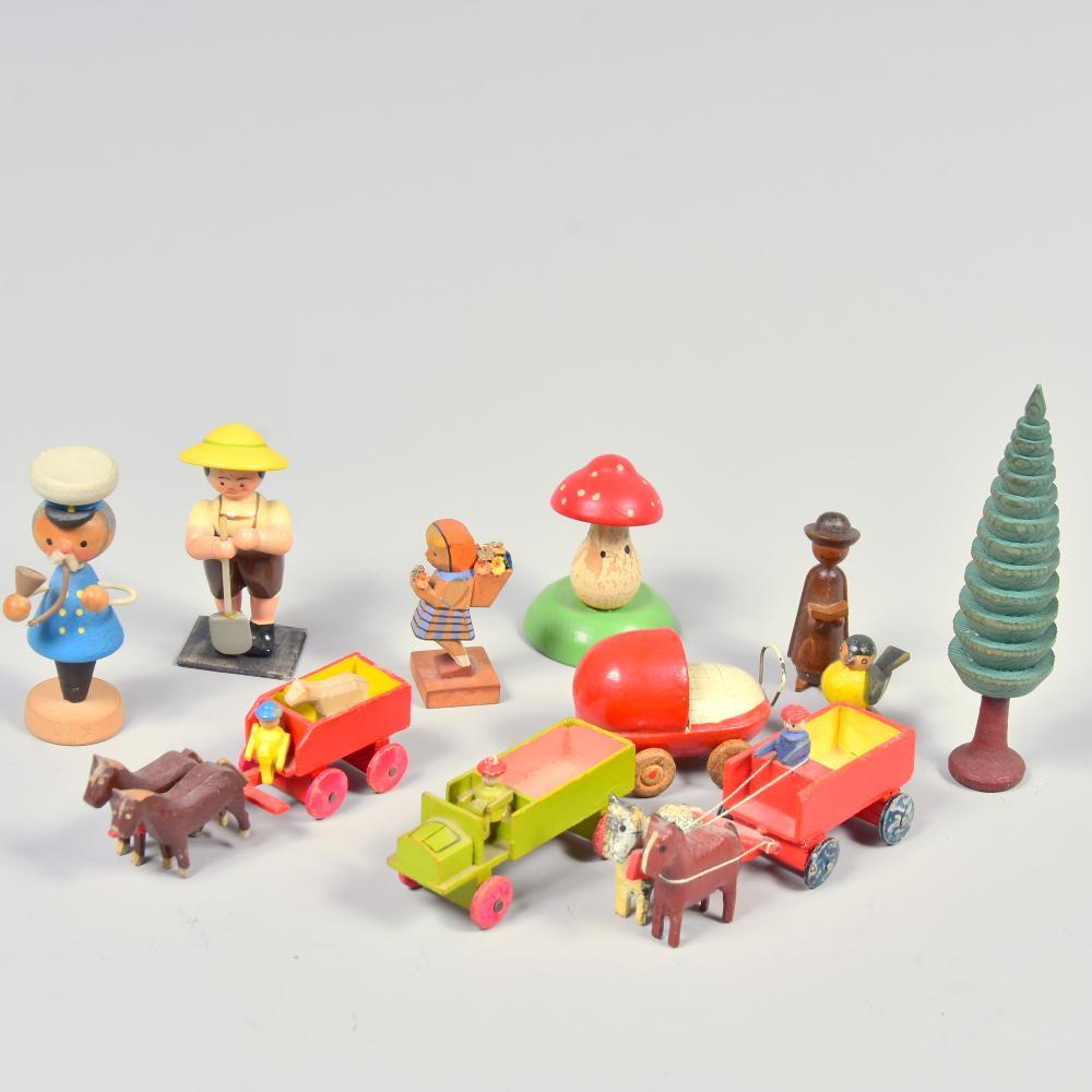 Konvolut Holzspielzeug aus dem Erzgebirge, um 1900-1950, 10 Teile, dabei 3 Fahrzeuge und ein Kinderwagen, versch. Herst., Höhe bis 10cm