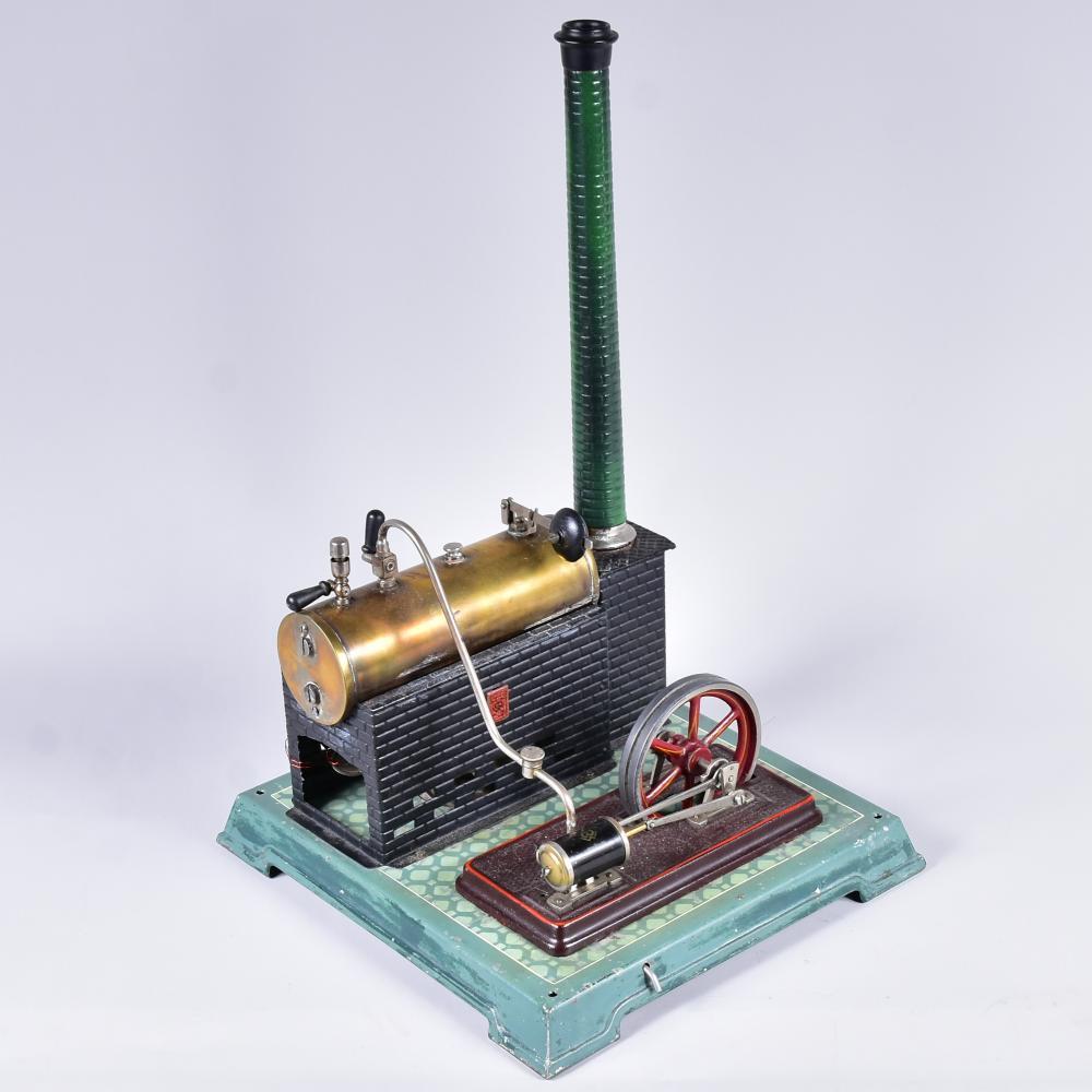 Dampfmaschine, Bing-Werke Nürnberg, um 1920, liegender Kessel, komplett mit Schornstein, Brenner, Maschinenteil, Überdruckpfeife, Füllschraube, Dampfleitung, gute Erhaltung., Maß 25x24x39cm