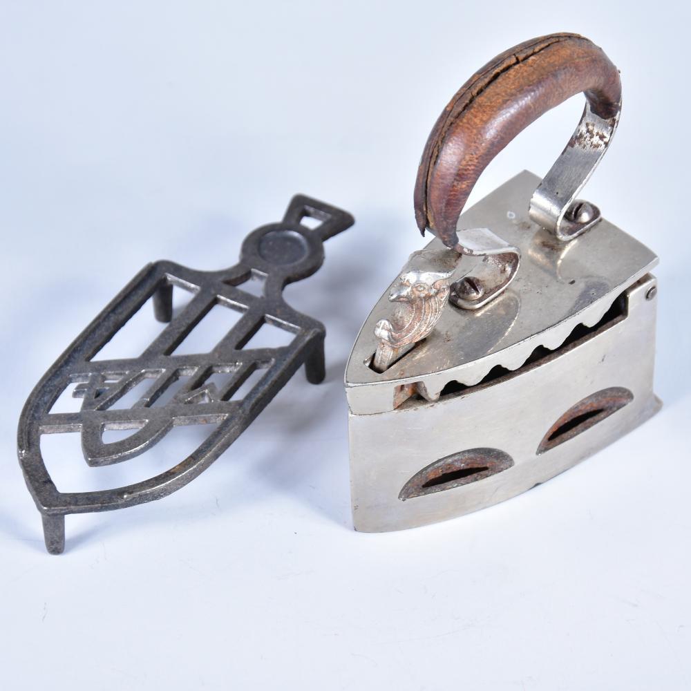 """Kinder-Kohlebügeleisen um 1900 mit Untersatz Gusseisen """"MIA"""" L 15 cm, herrschaftliches Eisen Holzgriff mit Lederbezug, Verschlussbügel als Vogelkopf, 1a Zustand, H 13,5 cm"""