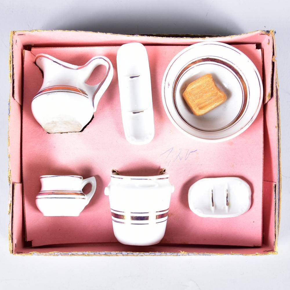Puppen-Waschtisch-Garnitur um 1900, Porzellan mit Goldrand, 6 Teile im OK, Schüssel D 7,0 cm