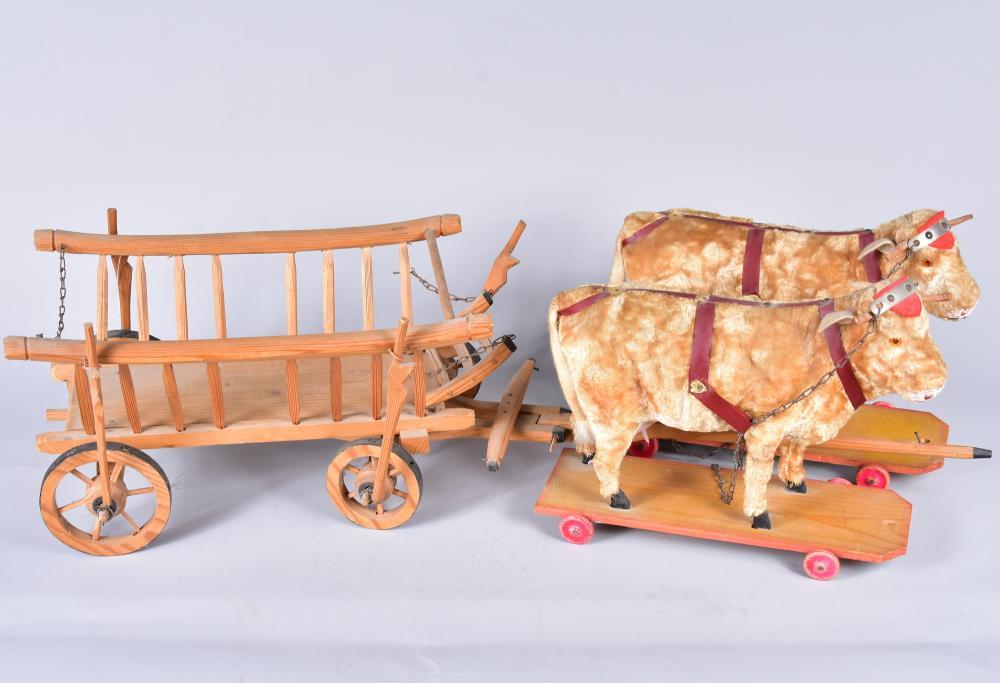 Kuh -Gespann mit Wagen, 1930/40, Tiere aus Holz und Masse mit Plüschbezug fein ausgearbeitet mit Euter, selten und in guter Erhaltung, Kuh L 27 H 22 cm, Wagen L 38 H 17 B 22 cm