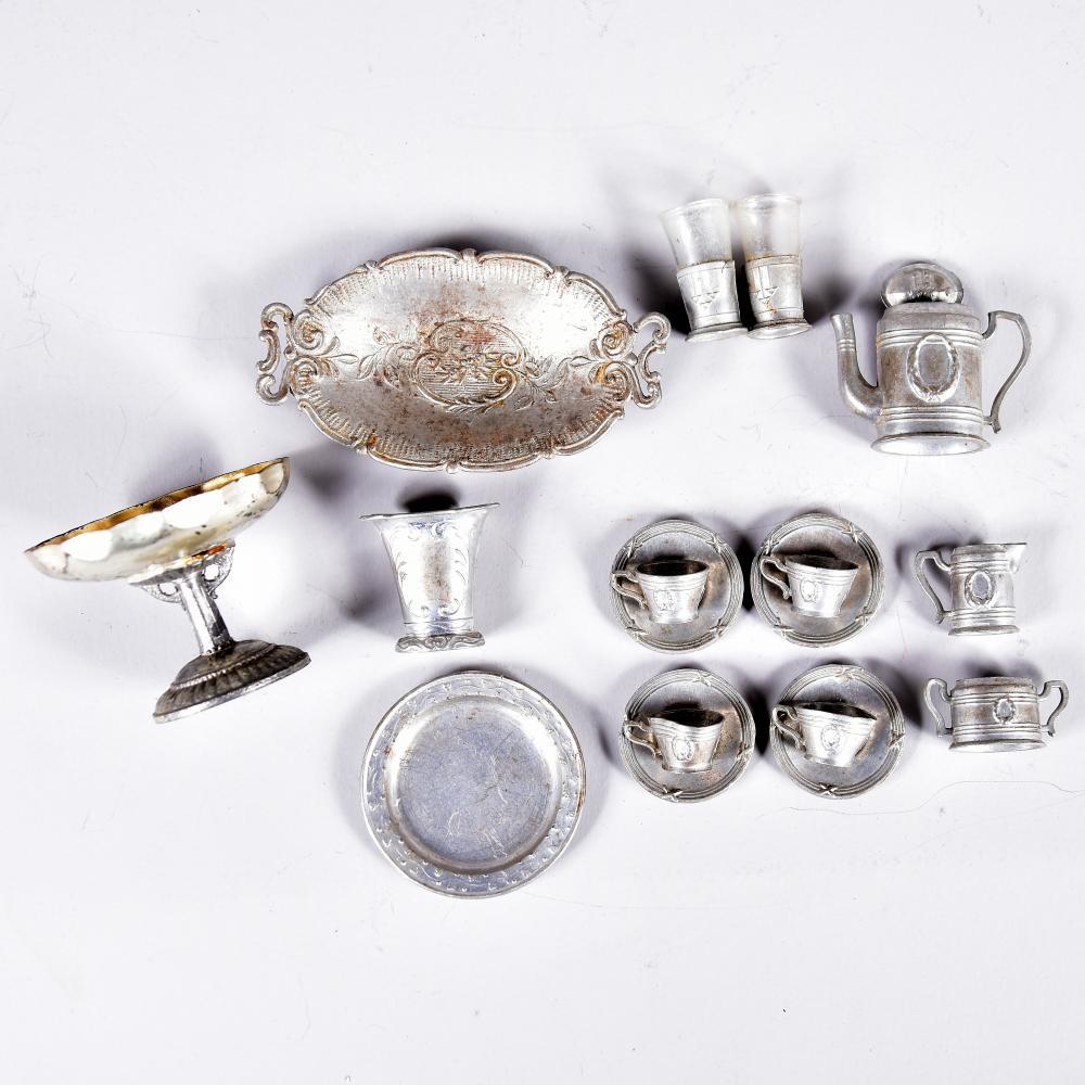 Puppenstuben-Zinngeschirr, um 1900, 17 Teile, Tafelaufsatz H 3,5 D 4,5 cm, 2 Jugendstil-Teehalter mit Glaseinsatz, Service mit 4 Tassen, Deckel Zuckerdose fehlt, bespielt