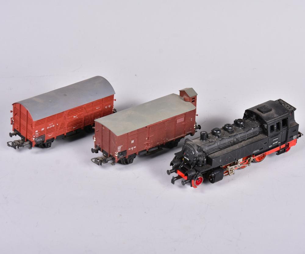 Tender-Lock, Marke: PIKO, Spur H0, Nr. 64180, dazu 2 Stk. Güterwagons Nr. 23-01-16 und 05-86-96, um 1960