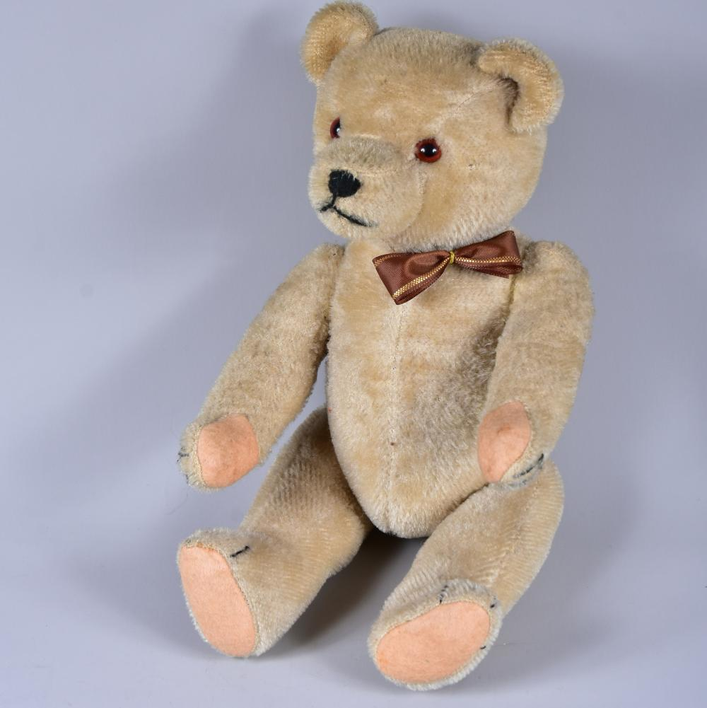 Teddy, um 1950, Mohairplüsch, caramelweiß, Glasaugen, vollgegliedert, Holzwollefüllung, guter Zustand, L 34