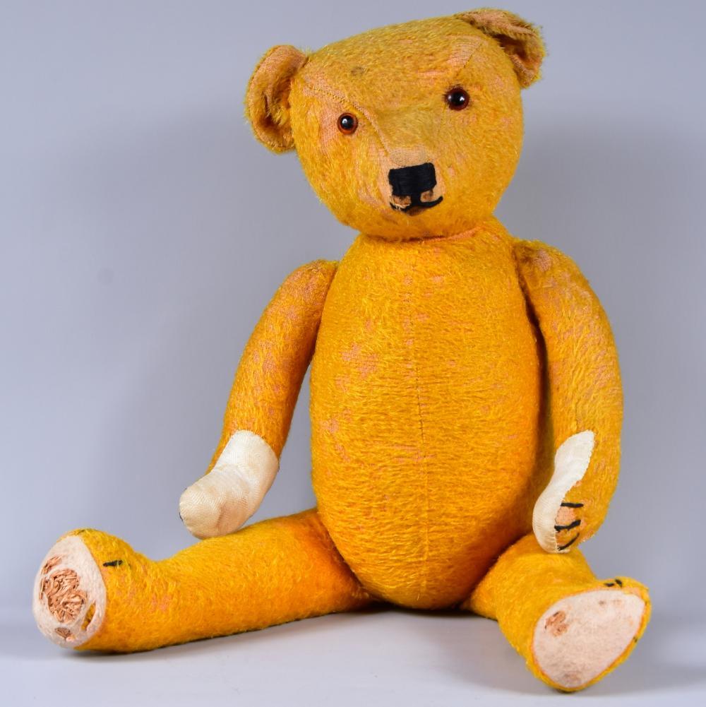 Teddy, 1930/40, Mohairplüsch, Glasaugen, Tatzen und Sohlen beschädigt oder ergänzt, vollgegliedert, Holzwollefüllung, geliebt und gepflegt, L 56 cm