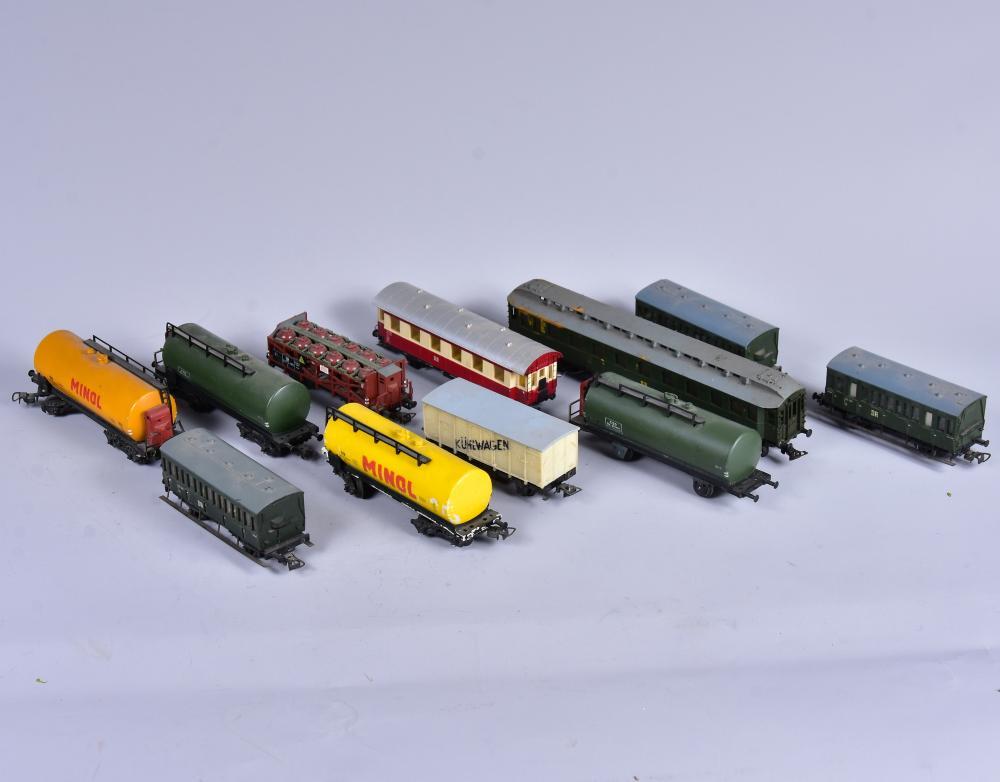 Konvolut 11 Stück Eisenbahnwagons, Marke PIKO, Spur H0, um 1960, alle mit Fehlstellen, L von 11-22cm