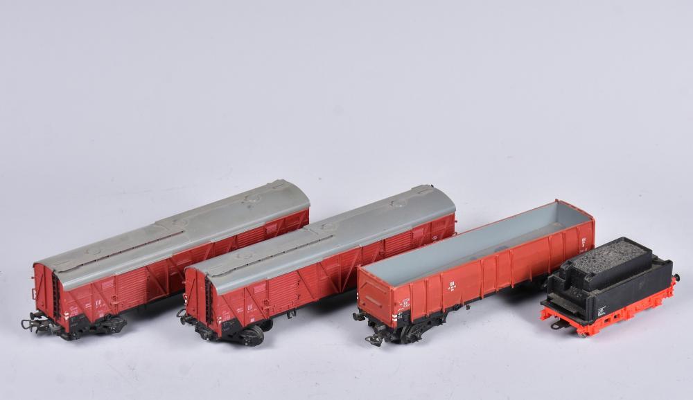 Tender ohne Dampflock, Marke: Gützold Nr. 553784, dazu 2 Stk. Güterwagons Nr. 15-31-80 und 1 Stk. Niederbordwagon Nr. 47-88-01, Spur H0, um 1960