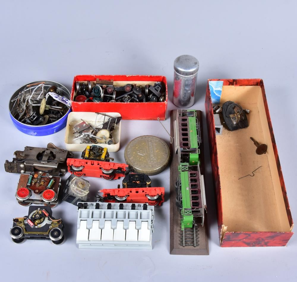 Konvolut Ersatzteile, Marke: PIKO, für E-Locks, dabei Hochspannungsteile, Motoren u.a., um 1960