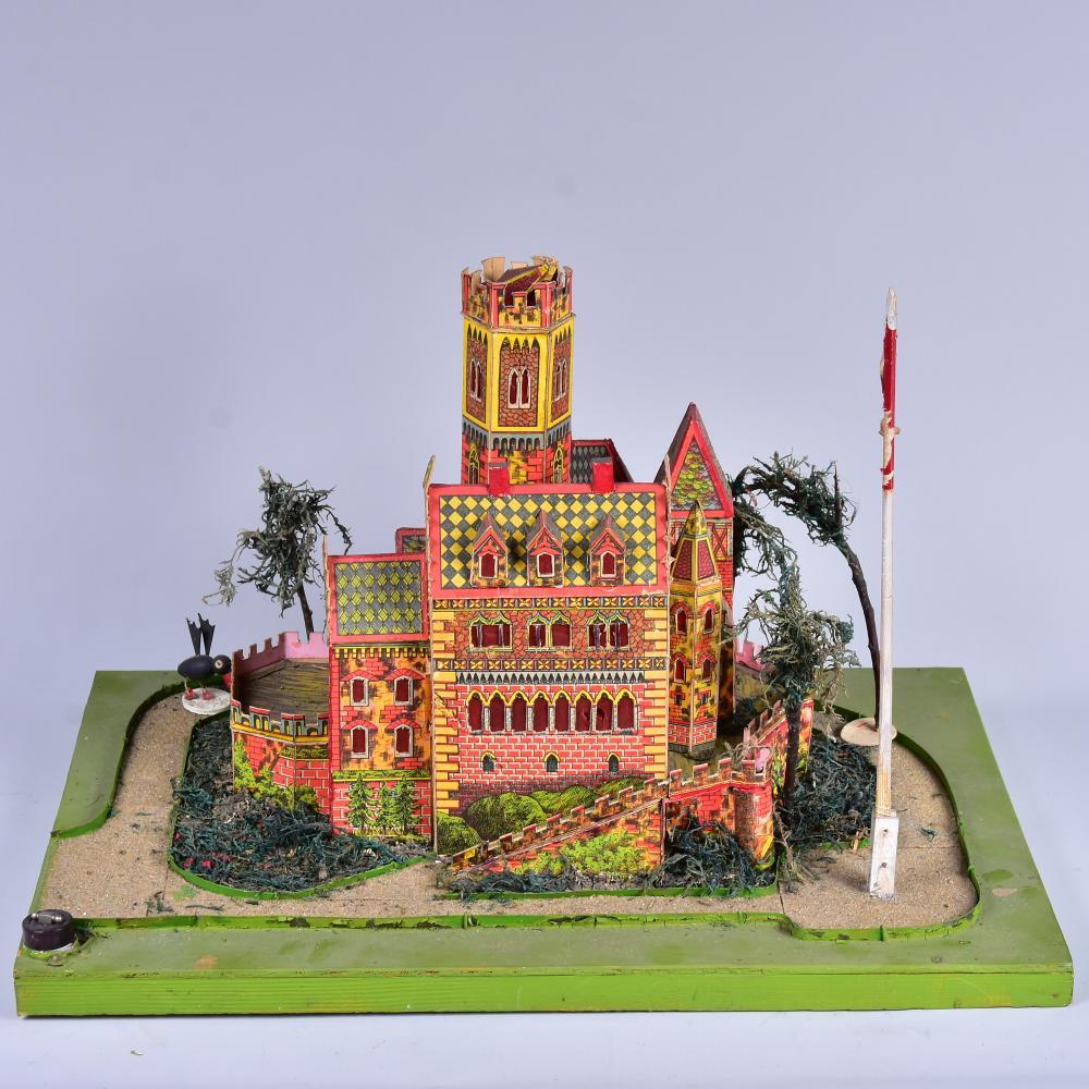 Spielzeug-Burg aus Karton und Holz, 1931, Eigenbau aus einem Bausatz gefertigt, urspr.mit Beleuchtung, 4 Einzelfiguren aus Pappe und Holz, gut erhalten, Maße 45x31cm