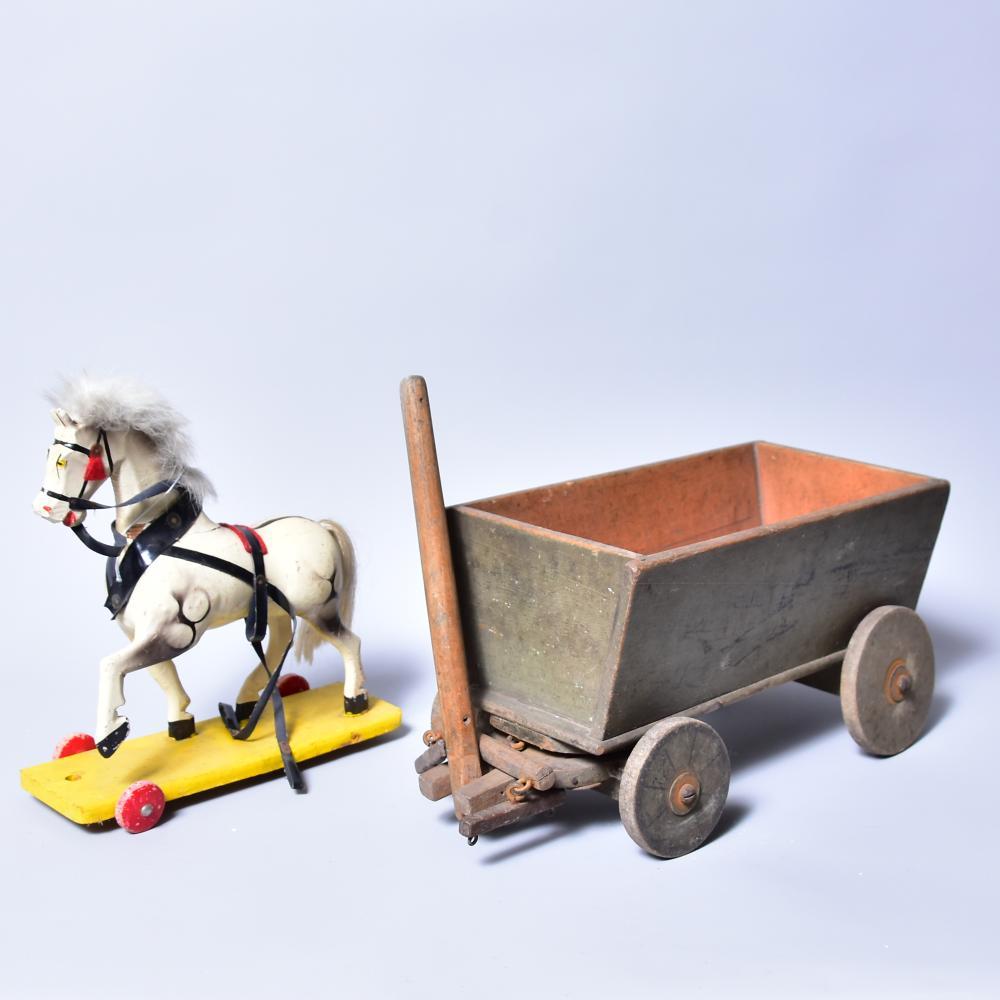 Holzkastenwagen mit 4 Stk. Holzrädern und Einspannvorrichtung für 2 Pferde, um 1910, Maß: 28cm x 15cm x 16 cm, dazu ein Holzpferd auf 4 Rädern (1 Rad fehlt) Maß: 21cm x 9cm x 23cm