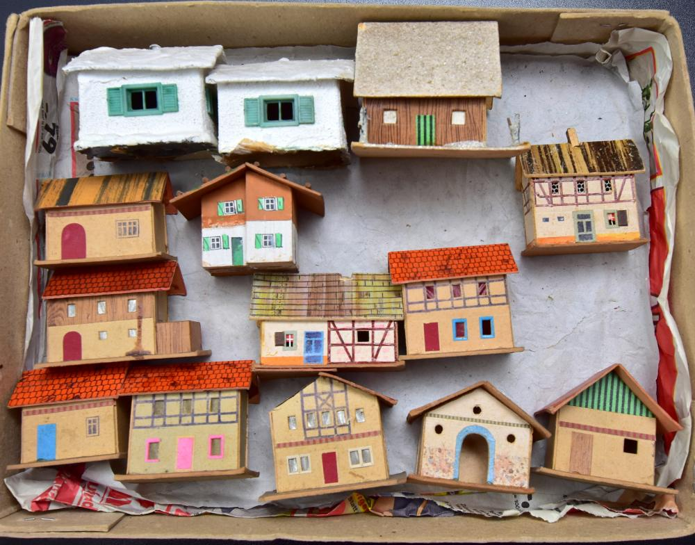 Konvolut Eisenbahnzubehör /Erzg., Häuser, 13 Stück, Material Pappe, lithographiert, Größe 4-7cm,