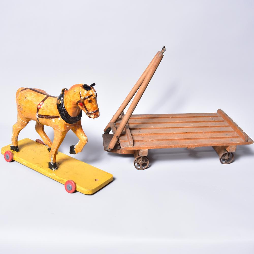 Pferdegespann, gestucktes Holzpferd auf 4 Rädern (1 Rad fehlt), Holzwagen mit 4 Stk. Metallrädern, um 1920, L 70cm, B 20cm, H 24cm